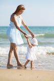 Mather et bébé sur la mer Images stock