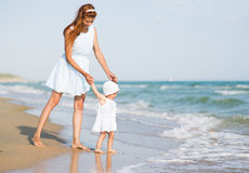 Mather et bébé sur la plage d'océan Photo libre de droits