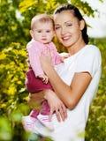 Mather felice con il bambino attraente esterno Fotografie Stock Libere da Diritti