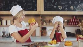 Mather ont l'amusement avec la fille sur la cuisine Ils préparant la salade végétale Jour de famille, faisant cuire Concept de ma banque de vidéos
