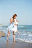 Mather y bebé en el mar Fotografía de archivo