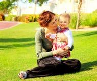 Mather y el jugar de la hija del bebé Imagenes de archivo