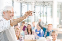 Maths au lycée - étudiants avec le professeur Photo stock