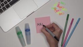 MATHS d'écriture de la main de la femme sur le bloc-notes clips vidéos