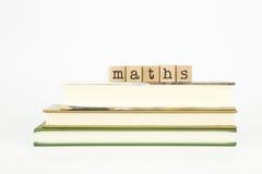 Maths formułują na drewnianych znaczkach i książkach Zdjęcia Royalty Free