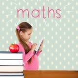 Maths przeciw czerwonemu jabłku na stosie książki Obrazy Royalty Free