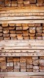 Matière première empilée et en bois pour la construction Photographie stock