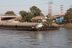 Matières premières de transport de bateau d'expédition en rivière Photographie stock libre de droits