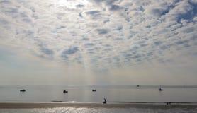 Matin à la plage de Boulmer northumberland images libres de droits