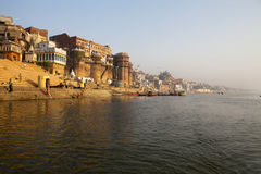 MATIN AU FLEUVE DE GANGES. VARANASI INDE photo stock