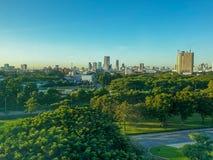 Matin avec beaucoup d'arbres en paysage et ciel bleu Mobi de ville photos stock