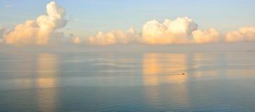 Matin avec la mer bleue Image libre de droits