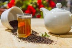 Matin avec le thé gris d'Earl dans une théière blanche photos libres de droits