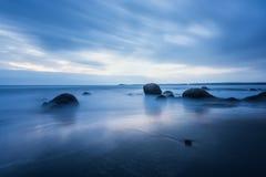 Matin bleu magique à la plage images stock