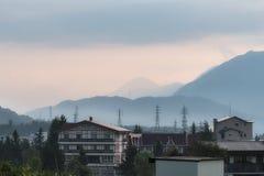 Matin brumeux au-dessus des montagnes et du village de Hakuba dans le Naga Photo stock