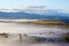 Matin brumeux au-dessus des terres cultivables photographie stock