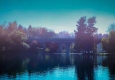 matin brumeux bleu overfiltered d'automne d'artistivc sur le lac Photos stock
