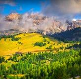 Matin brumeux d'été dans des Alpes de l'Italie, dolomites, l'Europe Photos stock