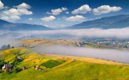 Matin brumeux d'été dans le village de montagne Image stock