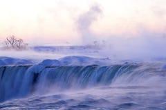 Matin brumeux d'hiver aux chutes du Niagara Photo stock