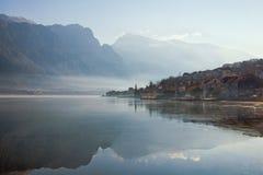 Matin brumeux d'hiver dans la baie de Kotor, Monténégro Images stock