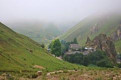 Matin brumeux dans le village du willage de montagne Image libre de droits
