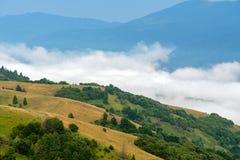 Matin brumeux dans les montagnes Photographie stock