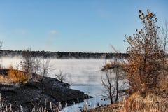 Matin brumeux de l'hiver au lac photo stock