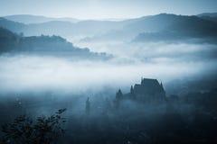 Matin brumeux mystérieux au-dessus de village de Biertan, la Transylvanie, Roumanie Photographie stock