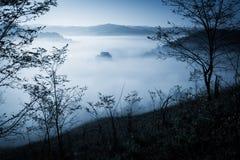 Matin brumeux mystérieux au-dessus de village de Biertan, la Transylvanie, Roumanie Images libres de droits
