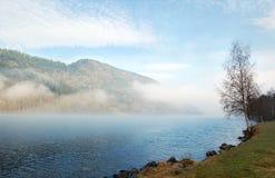 matin brumeux Suède de lac Image stock