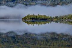 Matin brumeux sur l'île Lac jack Londonas kolyma Photographie stock