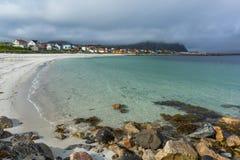 Matin brumeux sur la plage avec des bâtiments Photographie stock libre de droits