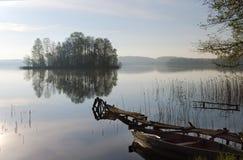 Matin brumeux sur le lac Images libres de droits