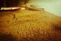 Matin brumeux tôt en bas du lac images stock