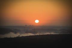 Matin brumeux tôt au-dessus de la ville Image stock
