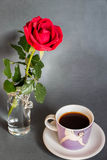 Matin, coffe, rose et amour ! Images stock
