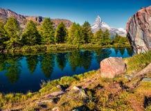 Matin coloré d'été sur le lac Grindjisee photographie stock