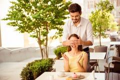Matin délicieux Surprise pour le miel de son amant, en café léger Image libre de droits
