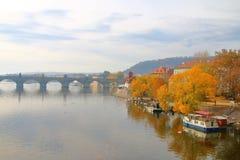 Matin d'automne de Prague sur la rivière de Vltava images stock