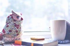 Matin d'hiver, avec la tasse de café par la fenêtre image libre de droits