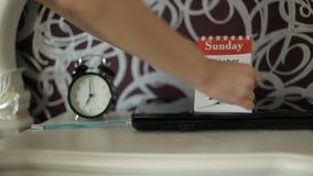 Matin d'une femme d'affaires Étudiant de matin La main femelle renverse la feuille de calendrier clips vidéos