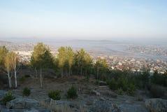 Matin dans les hautes montagnes près de la ville photos stock
