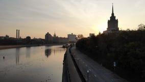 Matin dans les megapolis Moscou avec la vue sur le haut bâtiment dans la ville près de la rivière Remblai vide banque de vidéos