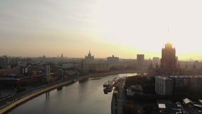Matin dans les megapolis Moscou avec la vue sur le haut bâtiment dans la ville près de la rivière Remblai vide clips vidéos