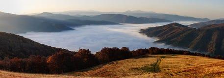Matin de brume de montagne dans le carpathien images stock