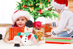 Matin de cadeaux de Noël Photo stock