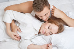 Matin de tendresse de jeunes couples Photographie stock