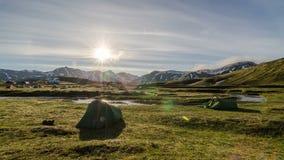 Matin ensoleillé dans le camp dans le laps de temps de l'Islande banque de vidéos