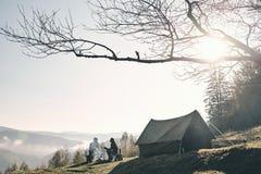 matin ensoleillé Jeunes couples ayant le café de matin tout en campant Photographie stock libre de droits